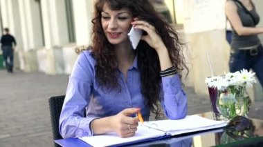 Businesswoman talking on cellphone in cafe — Stok video