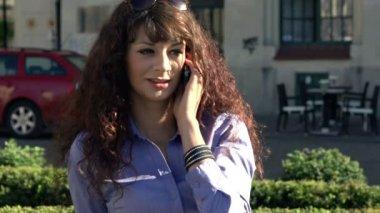 şehir içinde cep telefonu konuşurken iş kadını — Stok video