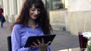 Obchodnice s tabletovým počítačem — Stock video