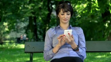 Businesswoman texting on smartphone — Stock Video