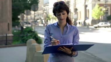 Businesswoman working with documents in the city — Vídeo stock