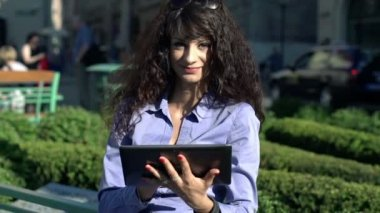 Businesswoman with tablet computer — Stock Video