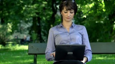 Businesswoman with laptop gets message — Stock Video