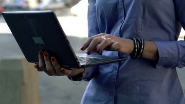 Businesswoman hands typing on laptop — Stock Video
