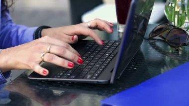 Geschäftsfrau hände Tippen auf laptop — Stockvideo