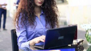 Businesswoman working on laptop — Stock Video