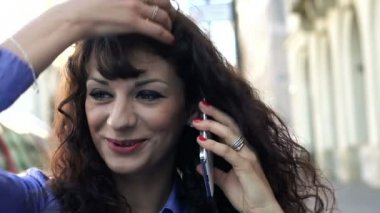 Businesswoman talking on cellphone in the city — Stock Video