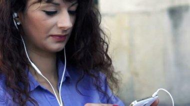 Businesswoman listen to the music — Stockvideo
