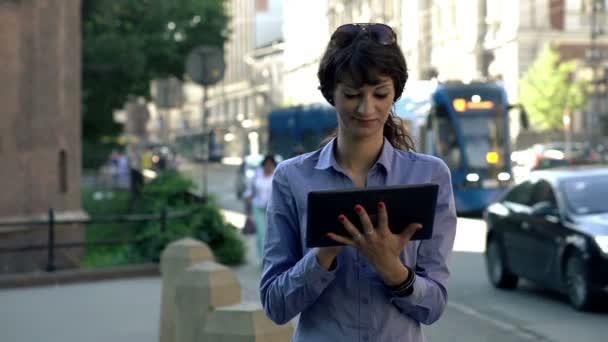Femme d'affaires avec ordinateur tablette — Vidéo