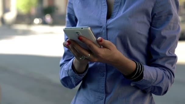 Femme d'affaires mains textos sur smartphone — Vidéo