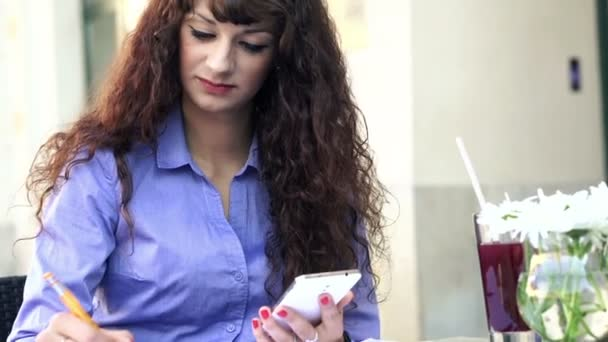 Femme d'affaires travaillant avec smartphone — Vidéo
