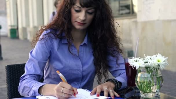 Businesswoman working with documents in cafe — Vidéo