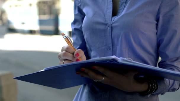 Trabajar con documentos de empresaria — Vídeo de stock
