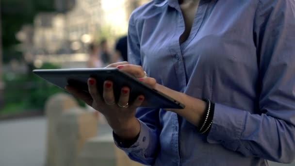 Femme d'affaires travaillant sur tablet pc — Vidéo