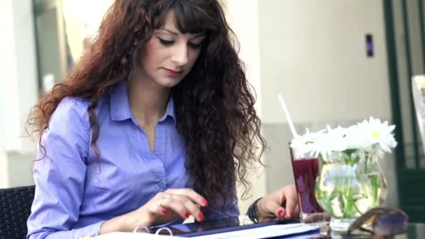 Businesswoman working in cafe — Vídeo de stock