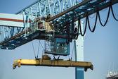Obchodní přístav s velkými průmyslové jeřáby — Stock fotografie