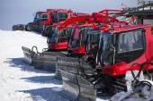 Grupa maszyn śniegu uwodzenie na wzgórzu śnieg gotowy na nartach slo — Zdjęcie stockowe