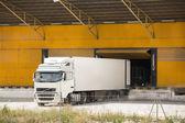 Camion à la construction de l'entrepôt — Photo