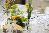 Krásné květiny na stole v den svatby — Stock fotografie