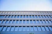 空の青と都市の景観の事務所ビル — ストック写真