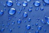 Closeup di gocce di pioggia su un ombrello blu — Foto Stock