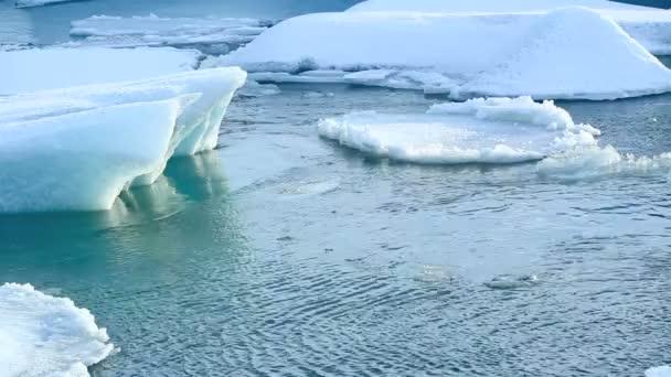 Témpano de hielo se rompe en la laguna glaciar de Jokulsarlon en Islandia — Vídeo de stock