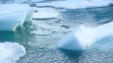 Ice floe breaks down at the glacier lagoon Jokulsarlon in Iceland — Stock Video
