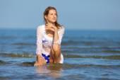 Piękna blondynka na morzu — Zdjęcie stockowe
