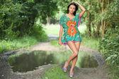 Ragazza in posa su uno sfondo di alberi verdi — Foto Stock