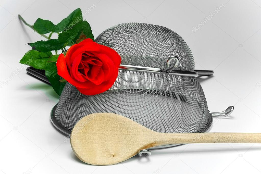 due cucina setacci con rosa rossa e cucchiaio di legno su priorità, Disegni interni