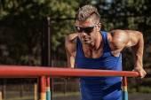 Mannelijke man knappe gezond gelukkig sterke atleet uit te oefenen op de — Stockfoto