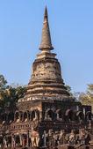 Elephant statues around ancient pagoda at Wat Changrom, Sukhothai, Thailand — Stock fotografie