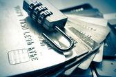 クレジット カードのオープン セキュリティ ロック — ストック写真