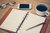 Ordinateur portable, smartphone, lunettes et stylo — Photo