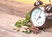 Time to eat Organic Herb capsule medicine with mint leaves — Stock Photo