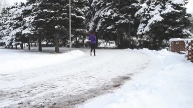 Zimní běžci — Stock video
