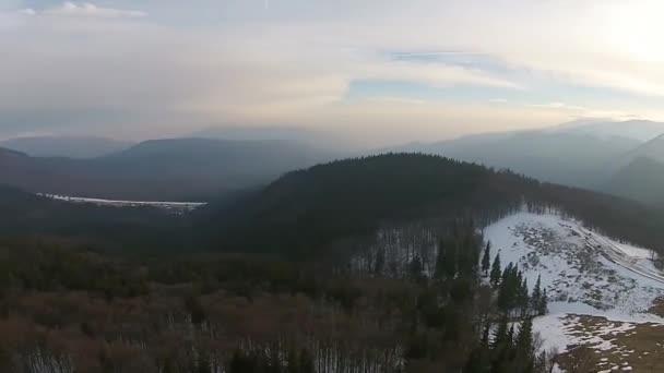 Mountain ridge aerial panning — Vidéo