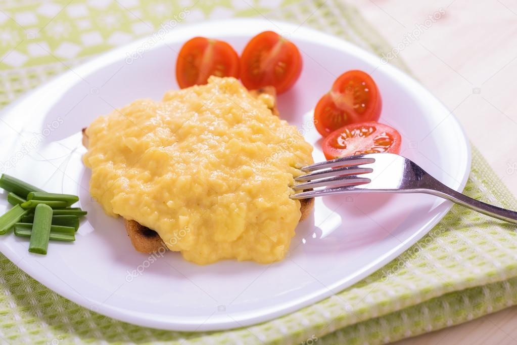 Francouzsk styl m chan vejce na toastu stock for French style scrambled eggs