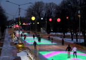 People spend evening at colored skating rink — 图库照片