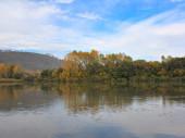 Otoño paisaje con río. — Foto de Stock