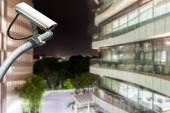 Telecamera cctv o sorveglianza operano con vetro da costruzione in bac — Foto Stock