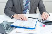 Businessman using calculator analyze report — Zdjęcie stockowe