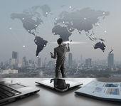 Kaufmann, drücken auf digitalen virtuellen Bildschirm Globalisierung ma — Stockfoto