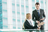 Businessman and woman discussing in office — Foto Stock