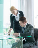 Businessman and woman discussing in office — Stok fotoğraf