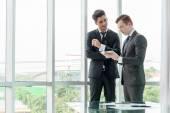 Partnerzy biznesowi omawianie dokumentów i pomysły w biurze — Zdjęcie stockowe