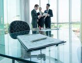 Socios discutiendo ideas en reuniones y documentos — Foto de Stock