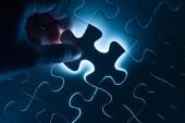 Puzzle di mano Inserisci, immagine concettuale della strategia aziendale — Foto Stock