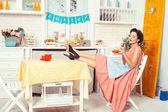 台所に座っている女の子. — ストック写真