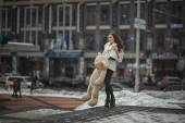 The girl with a toy bear in the city. — Stock Photo